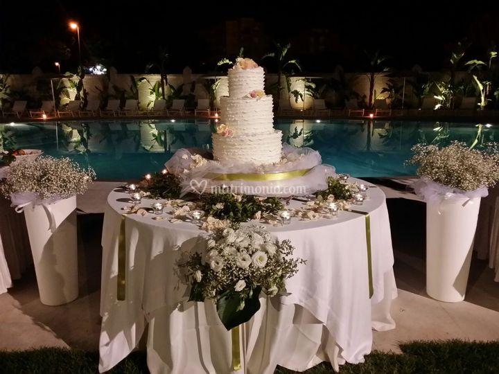 Torta nuziale bordo piscina
