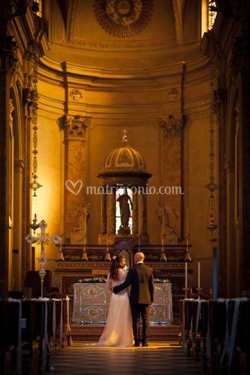 Sposi all'altare al tramonto