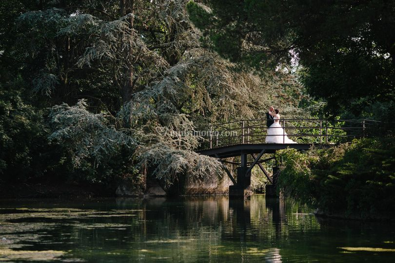 Abbracciati sul ponte