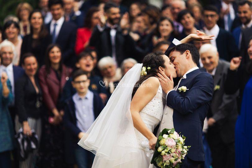 Bacio davanti agli invitati
