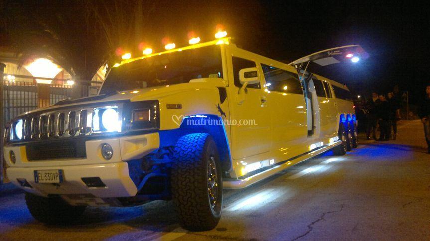 Hummer limousine notturno