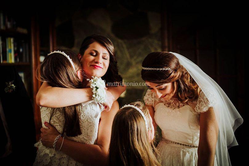 Abbracci sposa e testimone