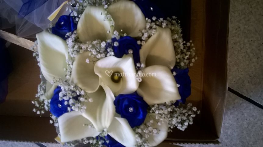 Bouquet calle e rose blu