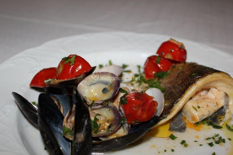 Spigola e frutti di mare