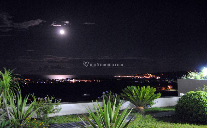 Vista notturna dal Mirabeau Park Hotel su Soverato