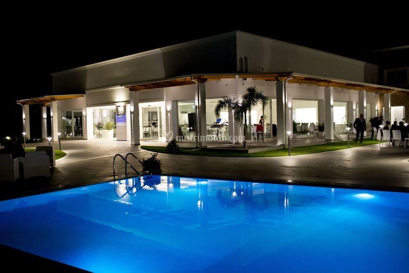 Esterni di sera con piscina