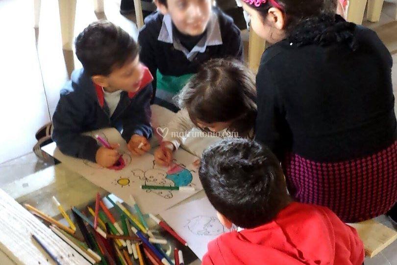 I bambini mentre colorano
