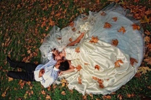 Coppia su prato autunno