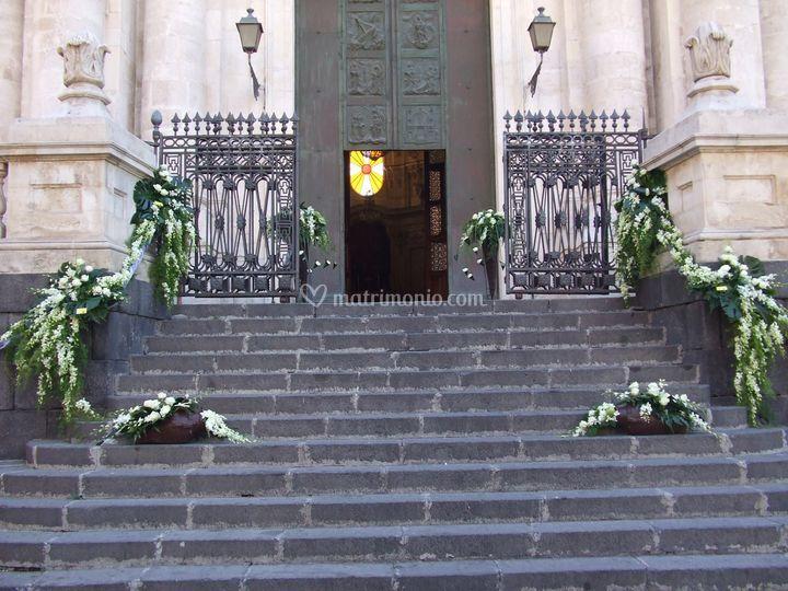 Esterno chiesa  con orchidee