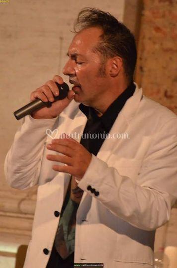 Tony Ray mentre canta