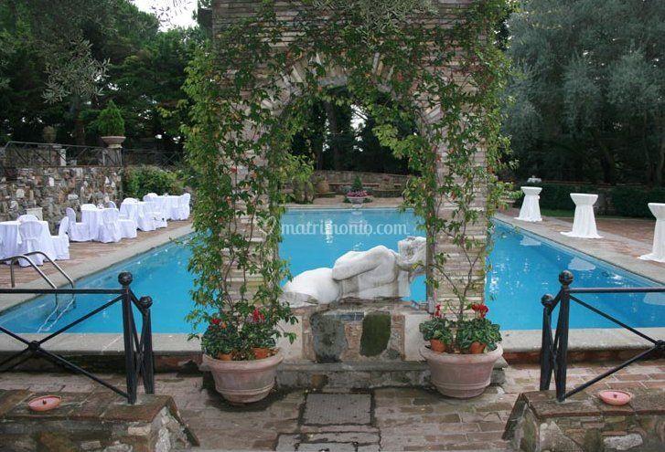 Matrimonio a bordo piscina di la pergola catering e for Matrimonio bordo piscina