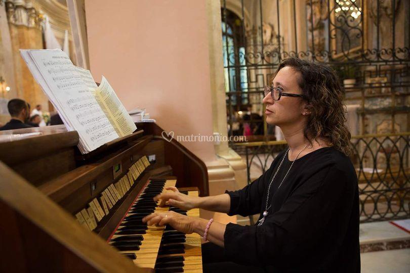 All'organo Silvia Passeri