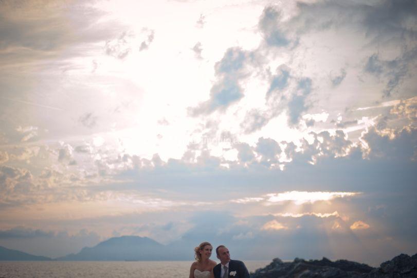 Coppia di sposi sul golfo