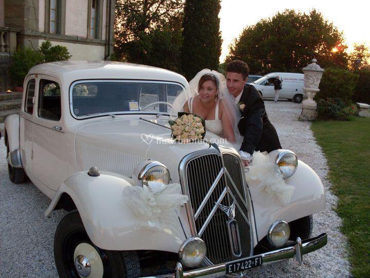 Gli sposi e l'auto