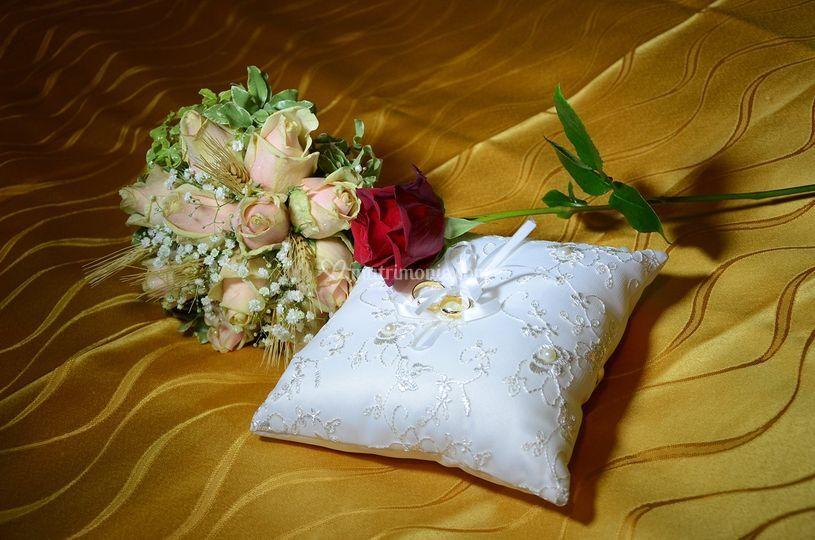 Cuscino con rosa e bouquet
