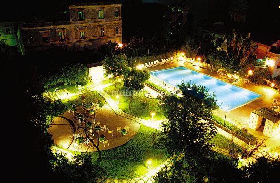 Vista di notte di Aequa Hotel