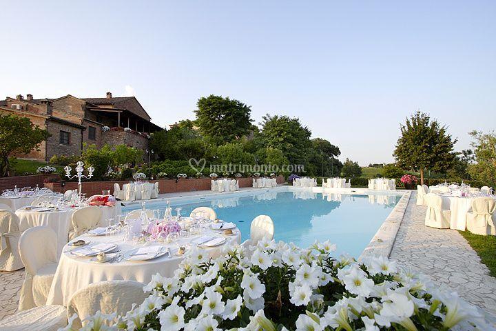 Allestimento piscina matrimonio di hotel borgo tre rose foto for Addobbi piscina per matrimonio