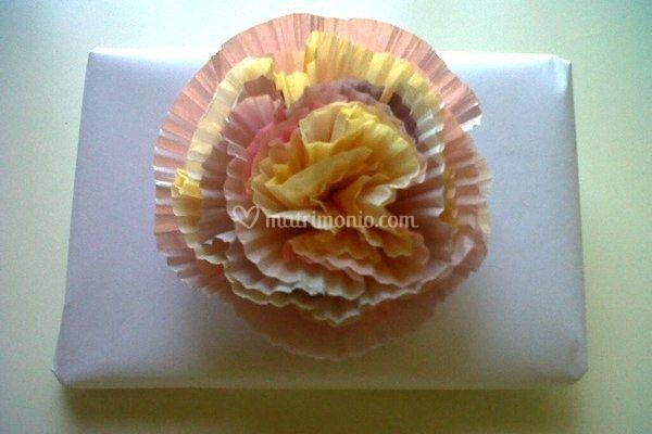 Decorazioni fiori di carta con stampini per cupcakes