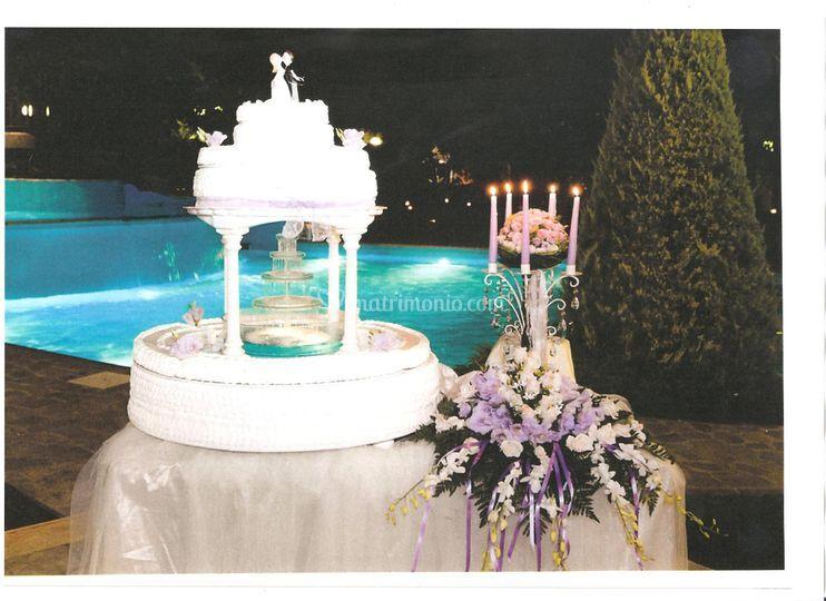 Torta nuziale in piscina