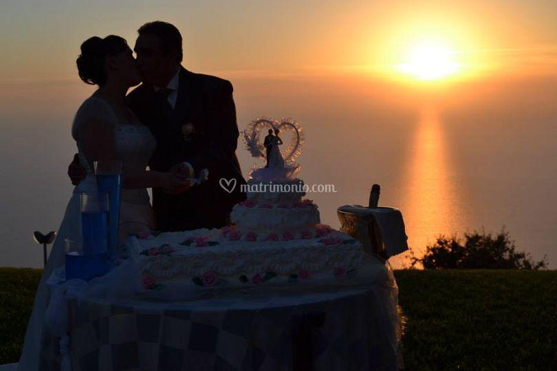 Taglio della torta al tramonto