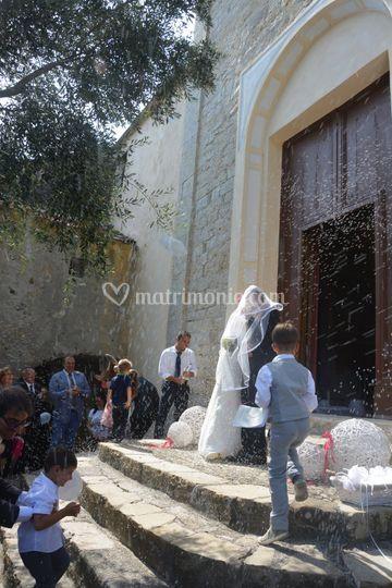 Matrimonio In Corso : Uscita dalla chiesa di nozze in corso foto