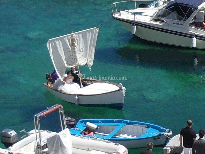 Arrivo in barca con gli sposii