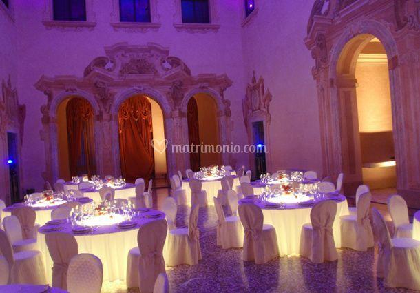Allestimento interno con tavoli luminosi