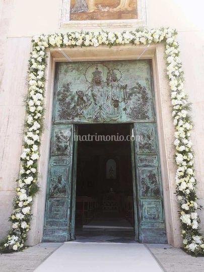 Bordo porta chiesa con fiori