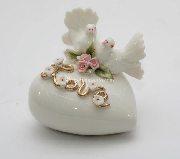 Cuore con colombine e miniatura di rose e margherite in porcellana di capodimonte, colori