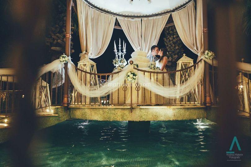 Tavolo sposi sopra piscina