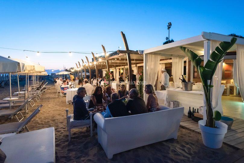 Tavoli sulla sabbia con luci