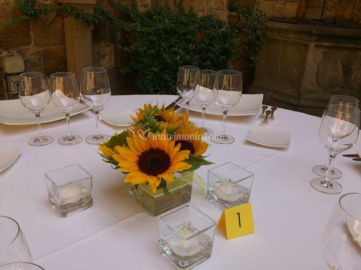 Girasoli Finti Matrimonio : Ricevimento e cerimonia in toscana con girasoli come