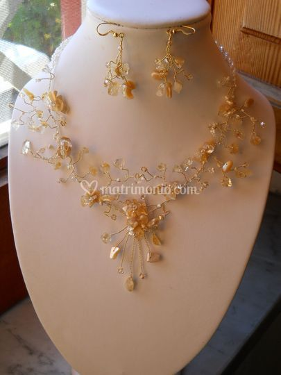 Collana 7 raggi filo dorato quarzo, cristalli e madreperla