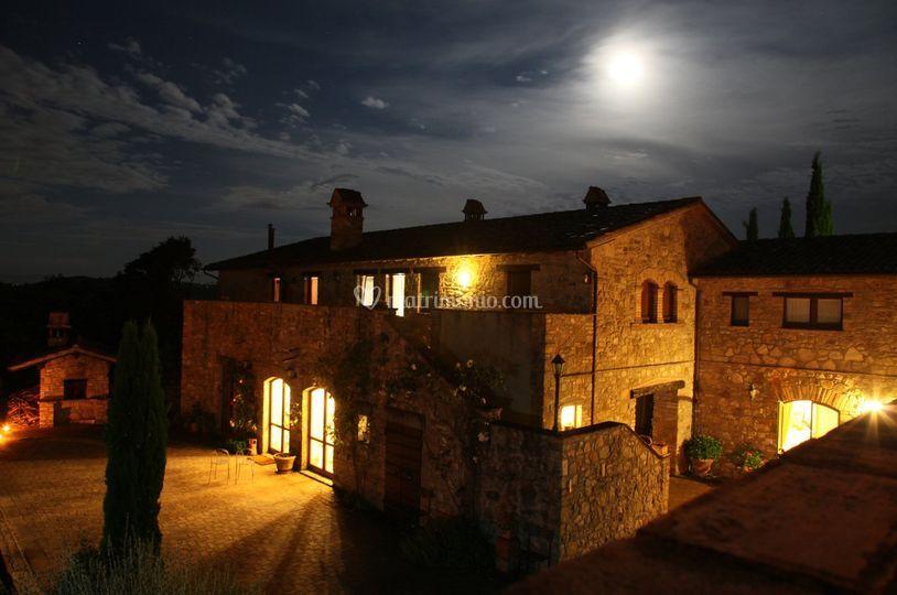 Casale di notte con luna piena