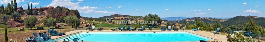 Panoramica piscina e casale