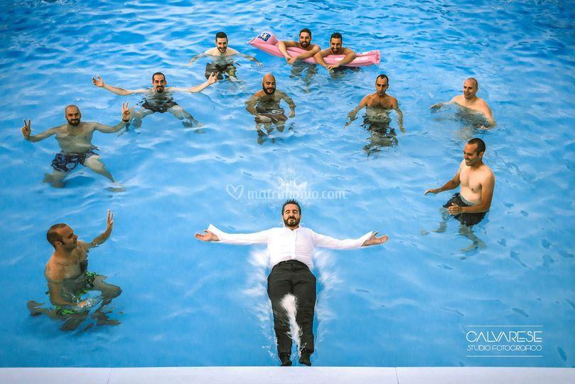 Lo sposo Giovanni in piscina