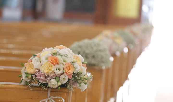 Decorazione fiori in chiesa