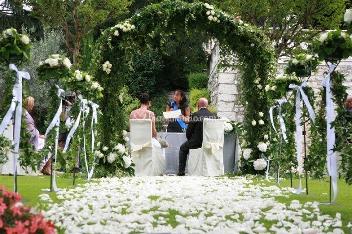 Decorazione altare per nozze all 39 aria aperta for Decorazione giardino matrimonio