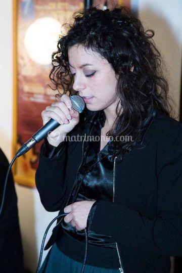 Laura al microfono