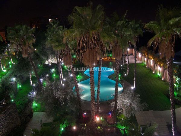 Giardino e piscina illuminati