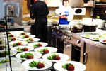 Cucina e staff al lavoro