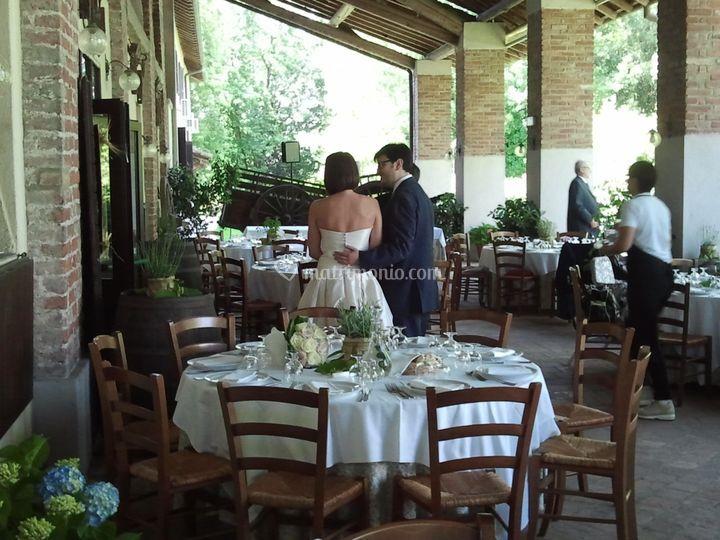 Sposi sotto portico