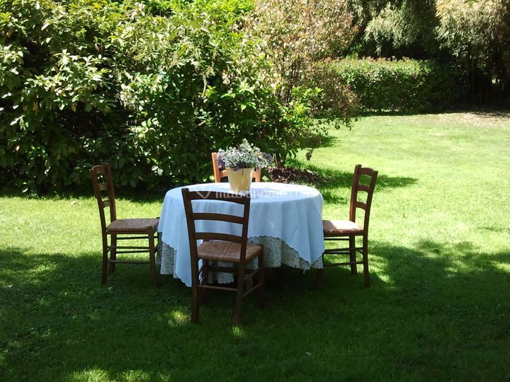Tavolo Giardino Pietra Cipro : Tavolo pietra in giardino di agriturismo cascina mezzo