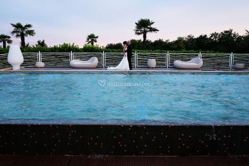 Gli sposi in piscina