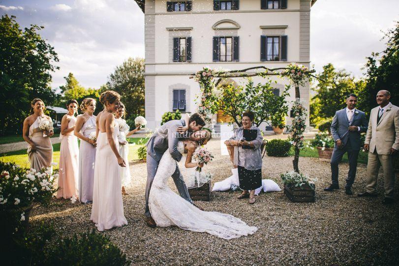 Matrimonio Toscana Wedding Planner : Rito simbolico di petali rosa foto