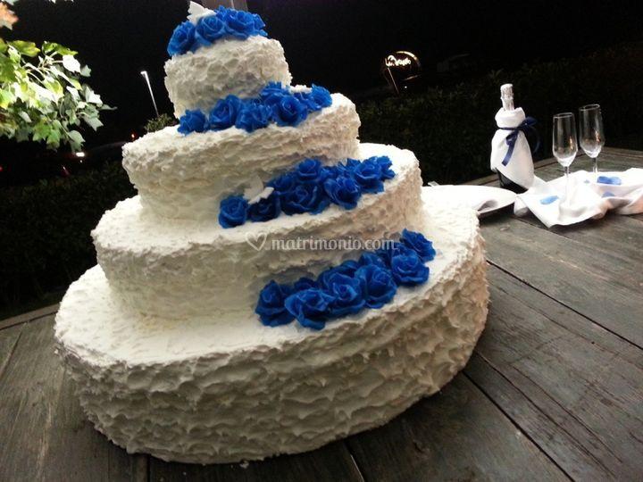 Torta nuziale bianca e blu