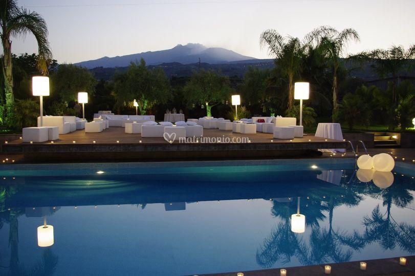 Piscina di notte con Etna