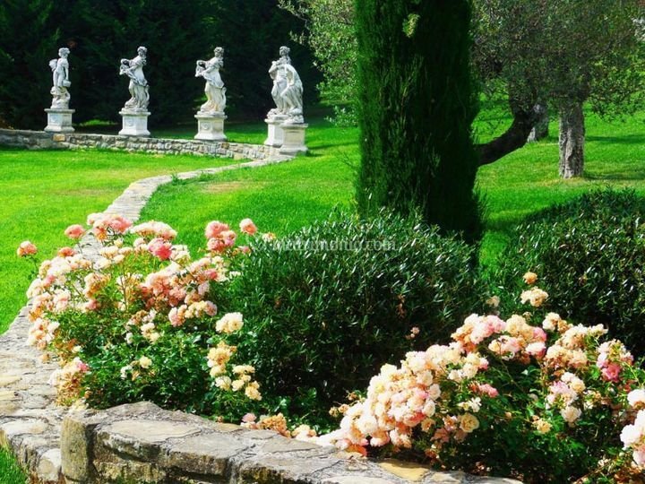 Aiuola di rose in giardino di castello di varzi foto
