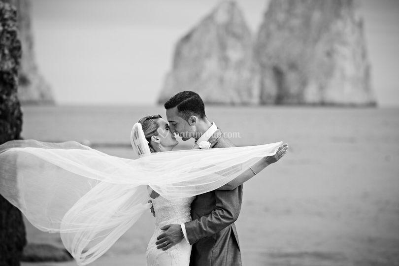 Sposi in riva al mare