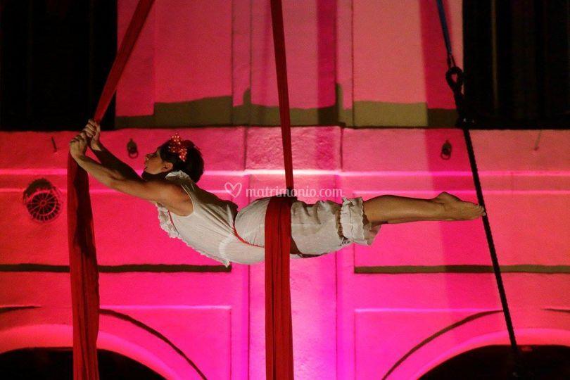 Danza aerea con tessuti